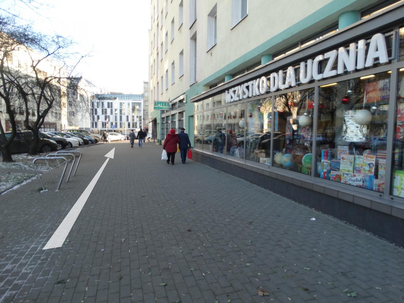 1. Kieruj się do ulicy Abrahama Antoniego - kieruj się prosto, będąc ustawionym twarzą do baneru reklamowego naszej firmy